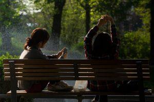 Tieners op een bank