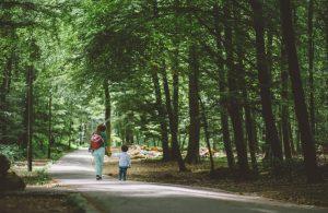 Moeder en kind in het bos
