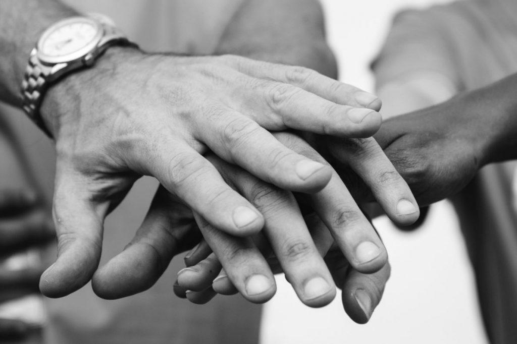 Handen die elkaar beschermen