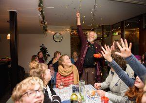 Tafel van Hoop in Amsterdam Noord brengt moderne mens speels in gesprek met traditie